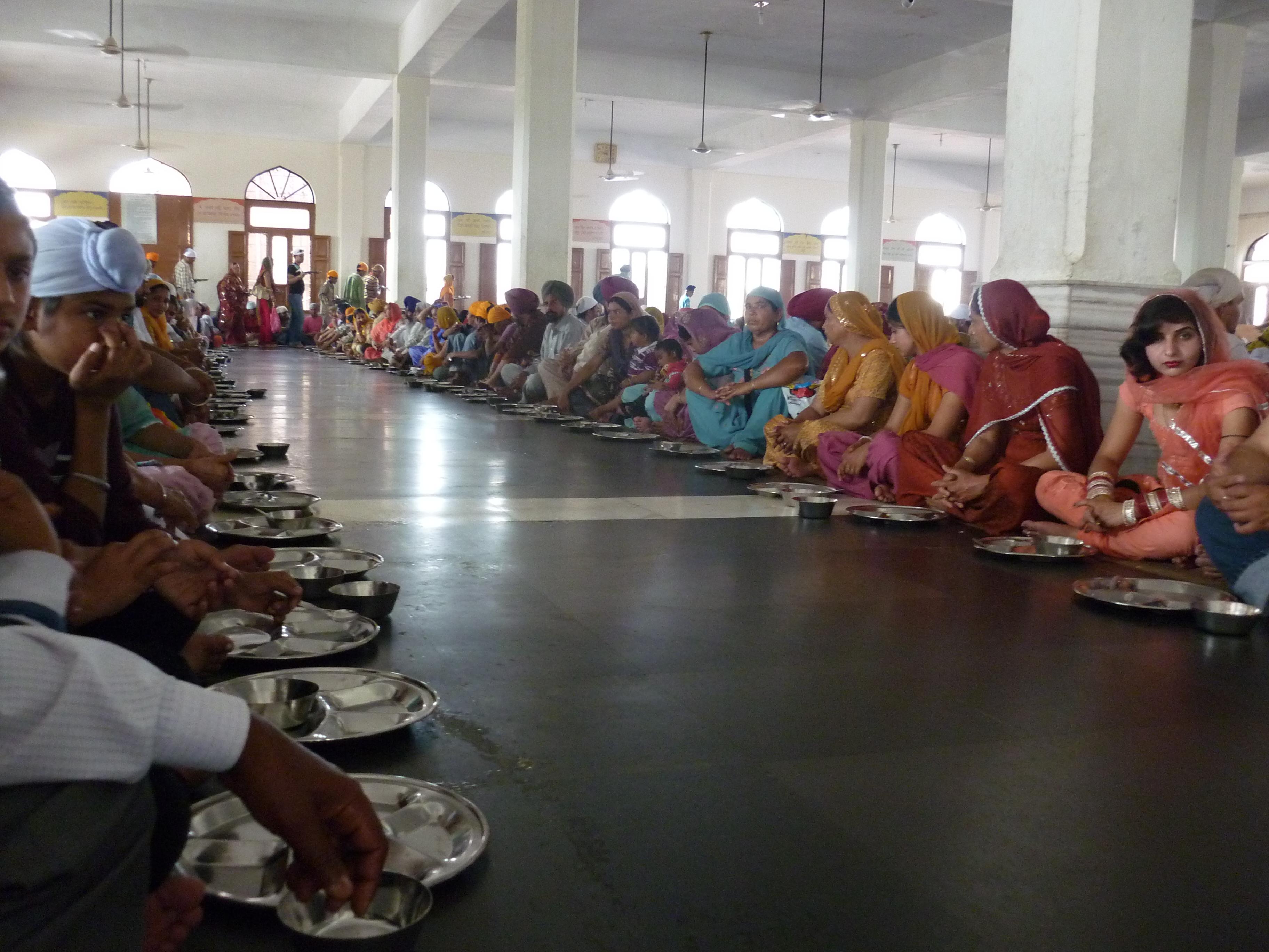 Amritsar // Die Stadt Amritsar ist das spirituelle Zentrum des Sikhismus. Viele Pilger kommen in den Bundesstaat Punjab, um wenigstens einmal in ihrem Leben einen Blick auf und in den Goldenen Tempel zu werfen, das höchste Heiligtum der Sikhs. Menschen jeglicher Religion sind willkommen und erhalten ein freies Mittagsmahl. Tausende werden tagtäglich verköstigt. So bekommt man ein Tablett aus Blech und Besteck ausgehändigt und reiht sich in einer Halle auf dem Boden ein. Freiwillige laufen durch die Reihen und servieren den Linsen-Dal aus Eimern. Ein großes Gemeinschaftsgefühl entsteht beim Essen.  Trotzdem falle ich abends alleine ins Bett und reise am nächsten Tag weiter ...