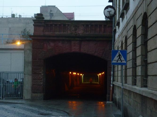 Das Ende des Tunnels - Kein Licht am Ende des Tunnels. Trotz Helligkeit wirkte diese Unterführung wie der finale Gang durch den eigenen Tod. Auch der endlose Regen zwang mich nicht in seine mächtigen, dunklen Hände. Zu groß war die Angst Goldmünzen in die Augen gelegt zu bekommen und vom Fährmann von einem Ufer zum anderen geschippert zu werden. (Katowice)