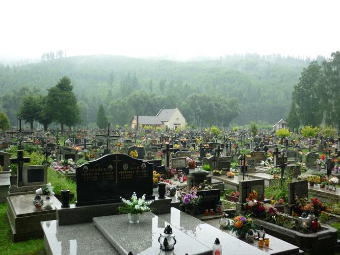 Kleinstadt - Fragte man in Katowice Einheimische nach der Stadt Rajcza, schüttelte jeder nur unwissend mit dem Kopf und wendete sich schnell ab. Auch die Dame am Ticketschalter für die Züge schaute mich an, als hätte sie von Rajcza noch niemals gehört und ich wäre doch verrückt.  Als ich dann wider Erwarten in Rajcza eintrudelte, passierte ich einen Friedhof, der größer war als der Ort selbst. Es schien, dass es hier mehr Tote gab als Lebende. Nun wusste ich auch, warum mich alle angesehen hatten, als reiste ich zu Vlad Dracul nach Transsylvanien. Ich würde mich nicht wundern, entstiegen um Punkt Mitternacht die Toten ihren Gräbern und verzehnfachten so die Einwohnerzahl. (Rajcza)