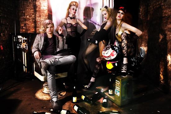 Wilson: Tom Rebl, Gürtelkette (Kinky Rocker), Model links & Mitte: Agent Provocateur, Model rechts: American Apparel