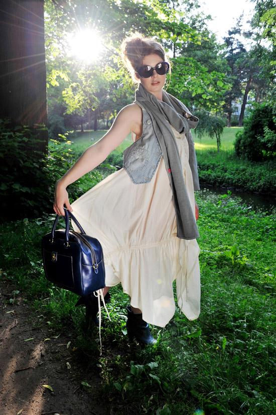 Sonnenbrille: Freudenhaus Tasche: Roeckl Weste: Herrlicher Tuch: Fleur Kleid: Esther Perbandt